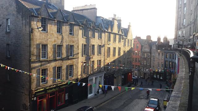 Vista di Victoria Street a Edimburgo